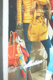Vetrina di modo del boutique con manichini vestiti e co Immagini Stock Libere da Diritti