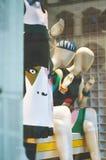 Vetrina di modo del boutique con manichini vestiti nel MOD Fotografia Stock