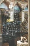Vetrina di modo del boutique con un manichino e un bla vestiti Immagine Stock Libera da Diritti