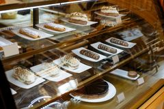 Vetrina di vetro con pasticcerie nel ristorante fotografia stock