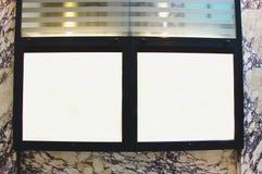 Vetrina di vetro sottile vuota con le luci su una parete di marmo immagini stock