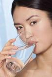 Vetro bevente della donna asiatica giapponese di acqua Immagini Stock Libere da Diritti