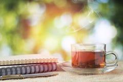 Vetro caldo di tè sulla tavola di legno per tempo bevente di mattina su bok Immagine Stock Libera da Diritti