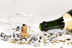 Vetro capovolto vuoto della bottiglia di vino spumante Immagini Stock