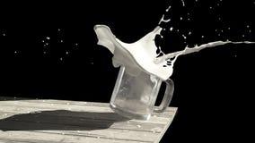 Vetro che spruzza latte Fotografie Stock Libere da Diritti