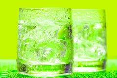 Vetro con acqua e ghiaccio immagini stock libere da diritti