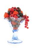 Vetro con frutta della foresta immagini stock