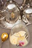 Vetro con gelato alla vaniglia immagine stock