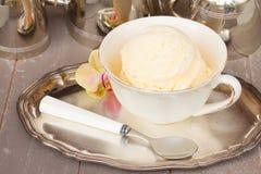 Vetro con gelato alla vaniglia fotografia stock