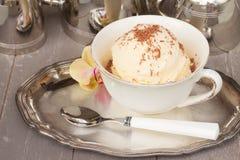 Vetro con gelato alla vaniglia immagini stock