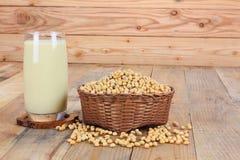Vetro con il latte ed i semi di soia Fotografia Stock Libera da Diritti