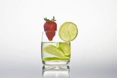 Vetro con il limone e la fragola Fotografia Stock Libera da Diritti