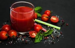 Vetro con il succo di pomodoro fotografia stock libera da diritti