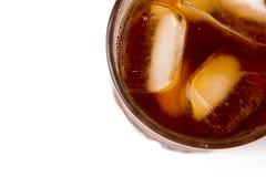 Vetro con il tè di ghiaccio in pieno con i cubetti di ghiaccio Immagini Stock Libere da Diritti