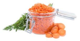 Vetro con l'insalata della carota isolata su bianco Fotografie Stock Libere da Diritti
