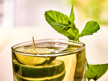 Vetro con la bevanda e la calce trasparenti verdi Fotografie Stock