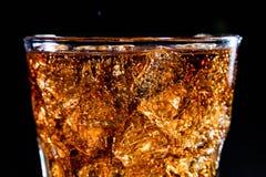 Vetro con la bevanda, il ghiaccio e i bubles molli della cola immagini stock libere da diritti