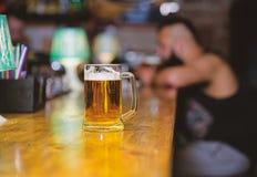 Vetro con la birra alla spina fresca della lager con schiuma Tazza riempita di birra saporita fredda nella barra Tradizione di sv fotografia stock
