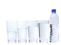 Vetro con la bottiglia di acqua minerale II Immagine Stock Libera da Diritti