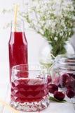 Vetro con la composta della ciliegia Bevanda della ciliegia Cocktail fresco della ciliegia f Immagine Stock