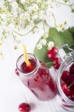 Vetro con la composta della ciliegia Bevanda della ciliegia Cocktail fresco della ciliegia f Immagini Stock