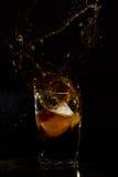 Vetro con la spruzzata del ghiaccio e della cola Fotografia Stock Libera da Diritti