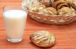 Vetro con latte e la pasta sfoglia freschi fotografie stock libere da diritti