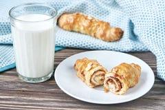 Vetro con latte ed il croissant Fotografie Stock Libere da Diritti