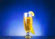 Vetro con liquido giallo Fotografie Stock