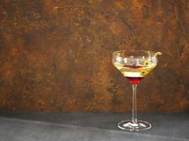 Vetro con martini ed olive verdi Fotografia Stock Libera da Diritti