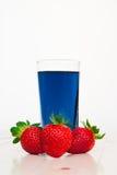 Vetro con tè e le fragole tailandesi blu freddi Fotografie Stock