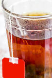 Vetro con tè nero immagine stock