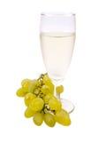 Vetro con vino bianco e l'uva bianca Fotografia Stock