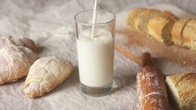 Vetro in cui il latte è versato, movimento lento archivi video