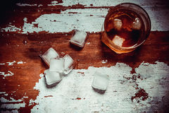Vetro d'annata della foto di whiskey sulla barra Fotografie Stock