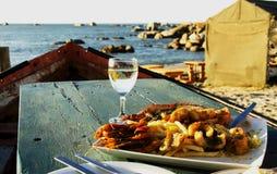 Vetro dei frutti di mare del piatto e del vino bianco, fuoco selettivo Fotografia Stock