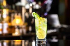 Vetro del cocktail tonico del gin decorato con il cetriolo al conteggio del pipistrello immagine stock