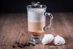 Vetro del coffe del Latte con i fagioli e la meringa Fotografie Stock