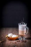 Vetro del coffe del Latte con i fagioli e la meringa fotografie stock libere da diritti