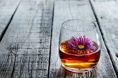 Vetro del cognac e del fiore Fotografia Stock