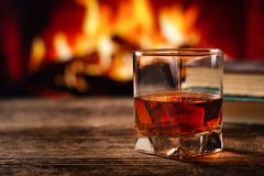 Vetro del cognac o del whiskey fotografie stock