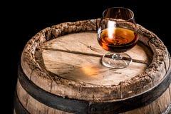 Vetro del cognac sul vecchio barilotto della quercia Fotografia Stock Libera da Diritti