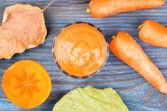 Vetro del frullato del cachi con il succo di carota Immagini Stock Libere da Diritti