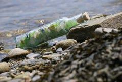 Vetro del mare in una bottiglia tappata Immagine Stock