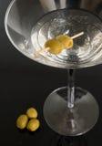 Vetro del Martini con le olive Immagini Stock