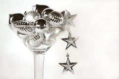 Vetro del Martini degli ornamenti d'argento di natale Fotografia Stock