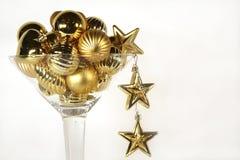 Vetro del Martini degli ornamenti dorati di natale Fotografie Stock Libere da Diritti