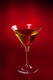 Vetro del Martini sopra colore rosso Fotografia Stock Libera da Diritti