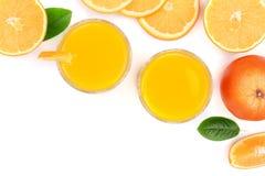 Vetro del succo d'arancia con le fette di agrume e di foglie isolati su fondo bianco con lo spazio per il vostro testo, vista sup Immagini Stock Libere da Diritti