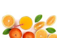 Vetro del succo d'arancia con le fette di agrume e di foglie isolati su fondo bianco con lo spazio per il vostro testo, vista sup Immagine Stock